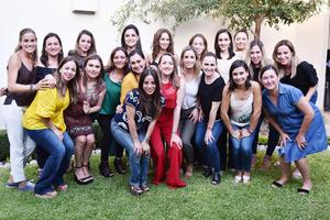 Alma Villalobos con sus amigas