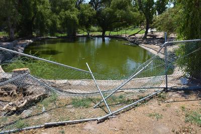 Dañado. Algunas zonas del parque se observan completamente destruidas, tal es el caso de la malla que resguarda uno de los pequeños lagos.