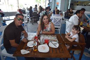 23072019 DISFRUTAN EN FAMILIA.  Ricardo, Mayra y Fernanda.