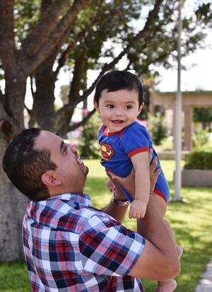 23072019 FELICES.  Juan Antonio con su hijo, Juan Arenas Leyva, quien cumplió recientemente su primer año de vida.