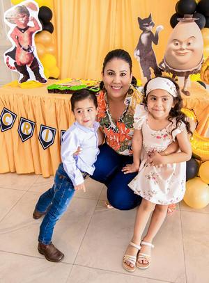 23072019 DE FIESTA.  Carmen Fuentes con sus sobrinos, Bárbara y Cristóbal.