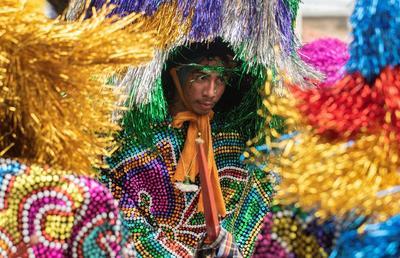 Las tradiciones negras e indígenas, enérgicos conciertos de rock metal, los payasos circenses y el contagioso ritmo del forró, del frevo y del maracatú -danzas típicas de la región- conviven armoniosamente.