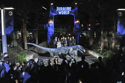 La nueva instalación, llamada Jurassic World - The Ride, ha llevado a la realidad el universo salvaje ideado para la gran pantalla con el trabajo de un equipo de especialistas en efectos especiales y cineastas entre los que se encuentra el propio Spielberg, indicó Universal.