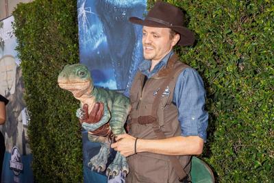 También los icónicos pilares iluminados que aparecen en las películas originales dan la bienvenida a Jurassic World - The Ride, que cuenta con réplicas de especies como el Stegosaurus, Parasaurolophus, Velociraptors, Dilophosaurus y Tyrannosaurus Rex.