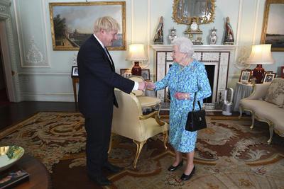 Como marca la tradición, Johnson fue investido por la reina Isabel II de Inglaterra.