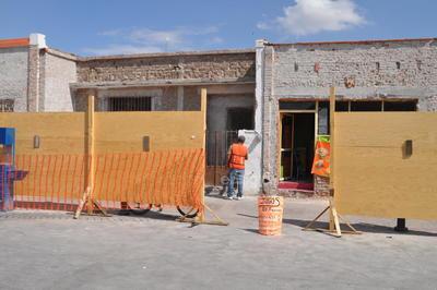 Imagen. La remodelación de las fachadas inició hace dos semanas y avanza lentamente, lo que ha generado inconformidad en los comerciantes.