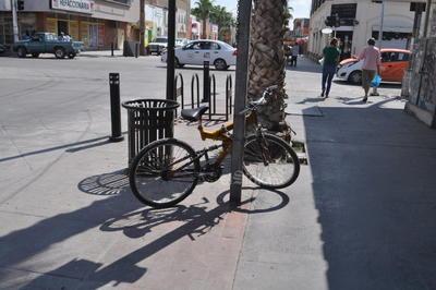 Infraestructura sin utilizar. Aunque en la esquina se aprecia la estructura de metal para el estacionamiento de las bicicletas, muchos ciclistas prefieren seguir encadenándolas a los postes de la señalética, que han comenzado a evidenciar el uso en su pintura.