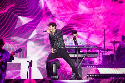 Los gritos eufóricos eran ensordecedores, pero Sebastián logró imponerse a ellos con 'Sutra' y 'Por perro', temas que marcaron el arranque del debut del cantante en la capital duranguense.