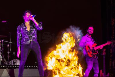 Fuego, humo y un espectacular juego de luces acompañaron el inicio de la presentación que formó parte de su 'Yatra Yatra Tour' y que por mucho superó la euforia conseguida por otros de los artistas que hasta el momento han formado parte de 'la fiesta de todos'.