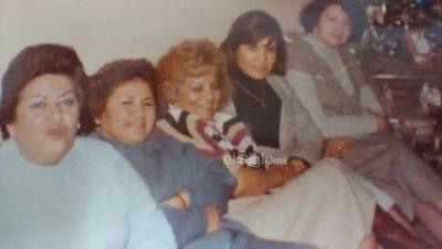 Blanca María del Rosario Cuéllar acompañada por algunas amigas en una recepción en los años 80´s.