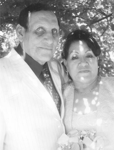 Profr. José Luis Gómez Esparza y Sra. María Alicia Acosta de Gómez se casaron en la Parroquia de Guadalupe en Bermejillo, Dgo., se encuentran celebrando su 46 aniversario.