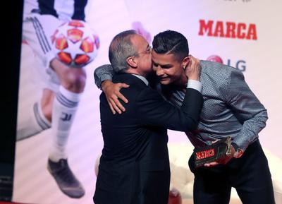 Al acto acudió el presidente del Real Madrid, Florentino Pérez, con el que compartió un momento de complicidad antes de hacerse una foto juntos tras recibir el MARCA Leyenda.