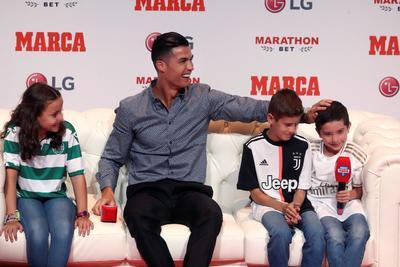 El portugués fue preguntado por niños durante el acto y respondió con un 'yo también' después de que uno le dijera que le dio pena que se marchase del Real Madrid'.