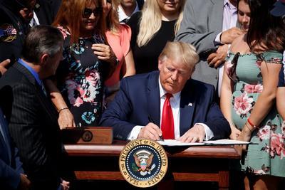 Trump firmó la ley en presencia de un grupo de personas que formaron parte de los equipos de primeros auxilios que acudieron a las Torres Gemelas o al Pentágono aquel fatídico día.