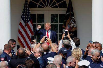 La firma tuvo lugar en los jardines de la Casa Blanca.