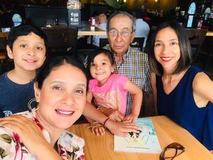 28072019 EN FAMILIA.  Carlos desayunando con sus hijas y nietos.