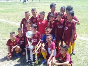 28072019 CAMPEONES.  Diego Álvarez Cabello festejando el campeonato de futbol infantil con el equipo Sabinas.