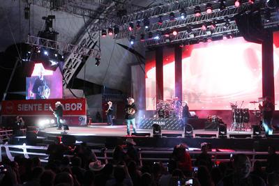 """Fue en punto de las 21:00 horas que Pesado subió al escenario para abrir la noche musical con el tema """"Mitad y mitad""""."""