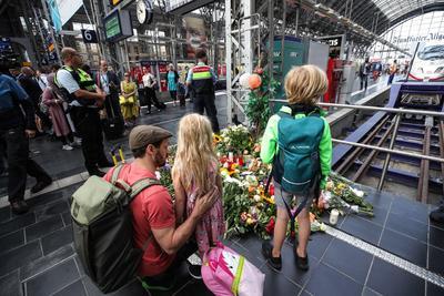 Alemanes lo recordaron con flores y velas.
