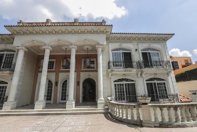 Es en esta vivienda, ubicada en el exclusivo barrio de Bosque de Las Lomas de Ciudad de México, donde en 2007 las autoridades mexicanas realizaron uno de los mayores decomisos de la historia al encontrar 206 millones de dólares en efectivo.