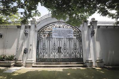 Desde la enorme puerta enrejada que da al jardín de la mansión un cartel del Servicio de Administración y Enajenación de Bienes (SAE) alerta a los transeúntes que está prohibido