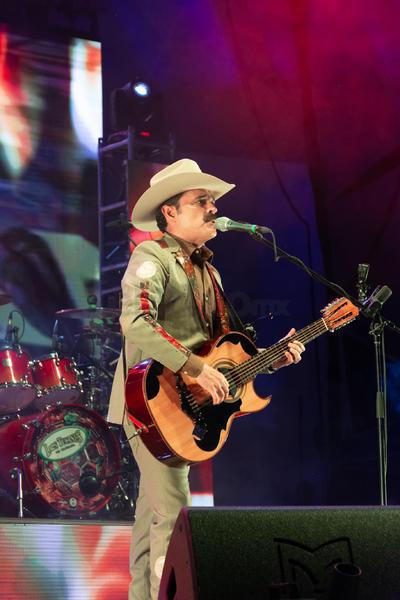 """""""Muchos de ustedes todavía no nacían cuando esta canción ya se había grabado"""" dijo Quintero para presentar 'La Chona', la canción que hizo que muchos tomaran pareja y se abrieran espacio para """"tucanear"""" en el recinto."""