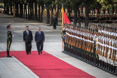 Fue recibido por su colega Xi Jinping.