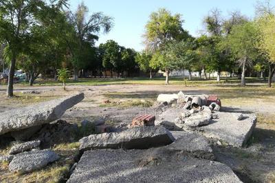 Sin caminos. Gran parte de los caminos al interior de la plaza fueron removidos, y el concreto de la misma se ha mantenido afectando a los paseantes con el peligro que el mismo representa.