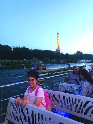 01082019 DE VACACIONES EN EUROPA.  Zafiro Viridiana Olivares de paseo por el Río Sena en París, como fondo la Torre Eiffel.