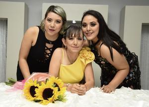 01082019 DE CUMPLE.  Flor en compañía de sus hijas Mónica y Rocío.