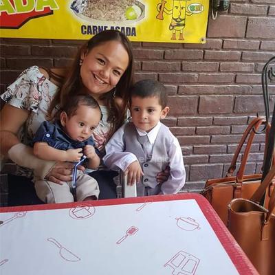 Samuel junto a su madriana Perla M. Ramírez y Cristofer