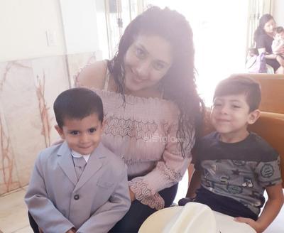 Mateo y Samuel con su mami Lucía.