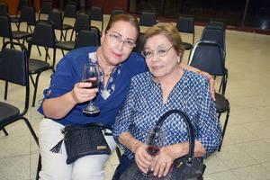 02082019 EN UNA CHARLA.  Raquel y Elisa.