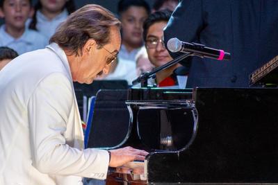 El escenario quedó en manos de Di Blasio y su piano, listo para interpretar esos éxitos que lo han acompañado por décadas.