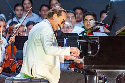 Sin decir más se sentó y una vez más los asistentes estallaron en aplausos al reconocer las notas de 'Piano', uno de sus himnos.