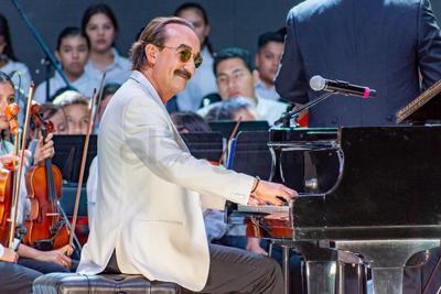 El reconocido pianista argentino rechazó la ovación del público no una sino cinco veces. No la quería para él, quería que fuera para los niños y jóvenes que integran la orquesta.