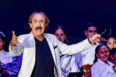 El director tomó el micrófono para recibir en el recinto a Raúl Di Blasio.