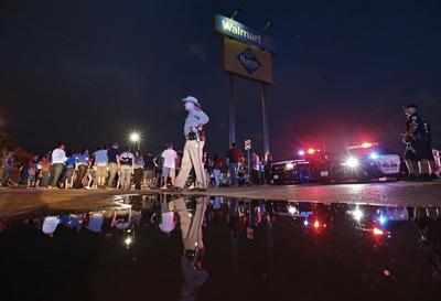 El lugar seguía este domingo fuertemente resguardado. La policía de El Paso y el FBI informaron que los cuerpos continuaban en el lugar del ataque, ya seguían trabajando en levantar la evidencia.