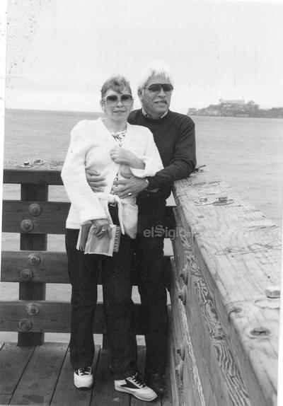 Lita y Daniel en la Bahía de San Francisco. Al fondo, Alcatraz y la Prisión de San Quintín.
