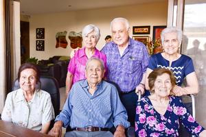 Acompañado de sus hermanos Gloria, Enrique, Dora, Roselina, Norberto y Lupita Galindo.