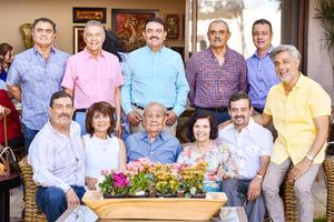 Acompañado de sus hijos Juan Carlos, Salvador, Sergio, Enrique, Eduardo, Hector, Maria Luisa, Jorge y Gerardo y su esposa Maria Luisa.