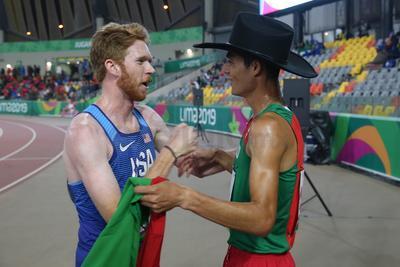 Con sombrero mostró orgulloso la bandera de México después de ganar la competencia.