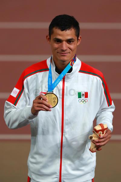 """Ante el asombro de propios y extraños el """"Ñango"""" fue dejando atrás a sus rivales para hacerse del podio y conquistar la primera presea dorada del atletismo para México."""