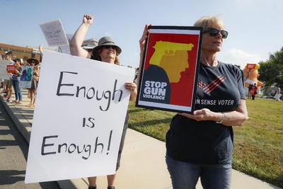 Trump también fue recibido en Dayton con protestas de grupos de manifestantes que exigían un control más estricto para la venta y porte de armas en Estados Unidos.