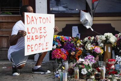 Cientos de habitantes de Dayton dieron este miércoles una desfavorable recepción al presidente estadounidense Donald Trump en su visita a esta ciudad del suroccidental estado de Ohio, donde se reunió con víctimas del tiroteo del pasado domingo.