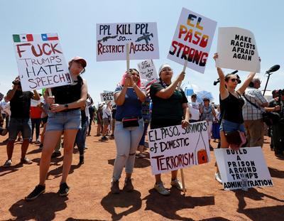 El presidente llegó a El Paso, Texas, en medio de protestas que denuncian su retórica antiinmigración y lo acusan de atizar la violencia después de la matanza que dejó 22 muertos el fin de semana.