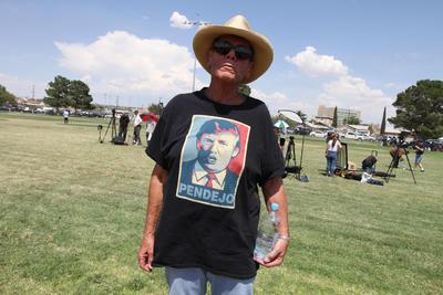 Los manifestantes cantaron el himno a Estados Unidos e hicieron pase de lista de las víctimas que murieron en el tiroteo.