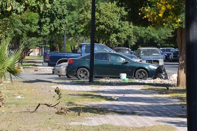 En conjunto. Algunos colonos estacionan sus vehículos al centro del espacio designado para transeúntes, obstaculizando su paso por donde es correspondiente. Al mismo tiempo, ahí se encuentran desechos.