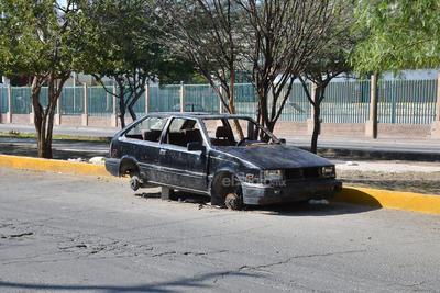 Chatarra. De la misma manera, algunos vehículos ya convertidos en chatarra forman parte del paisaje de la prolongación Colón entre calle Galeana y Treviño. Así esté sin llantas ni ventanas.