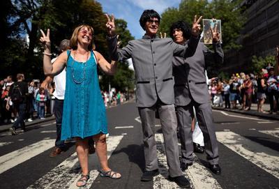 La beatlemanía paralizó Abbey Road en el 50 aniversario de la icónica foto.